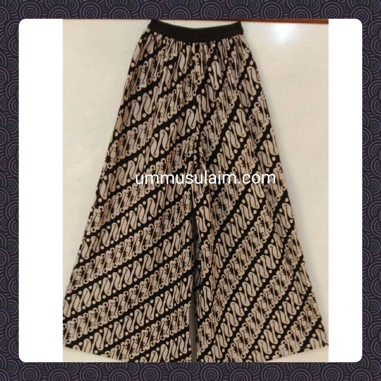 Kulot Parang 03 Spesifikasi: Bahan batik cap motif parang dg bahan katun All size, pinggang elastis, panggul +-125, lungkar ujung kaki +- 57 Harga 120.000  Ummu Sulaim Muslimah Shop […]